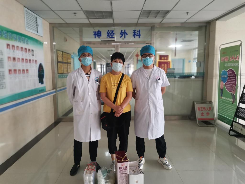 家属感谢张洵玮(左一)