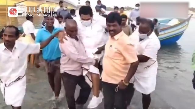 印度官员怕湿鞋被渔民抬下船:他们带着爱意来请求我!