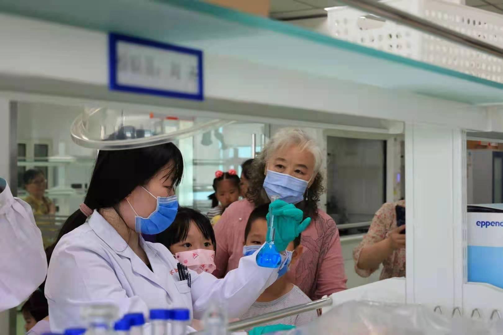 北京市药检所化妆品检验实验室向公众开放日活动。来源:北京市药监局供图。