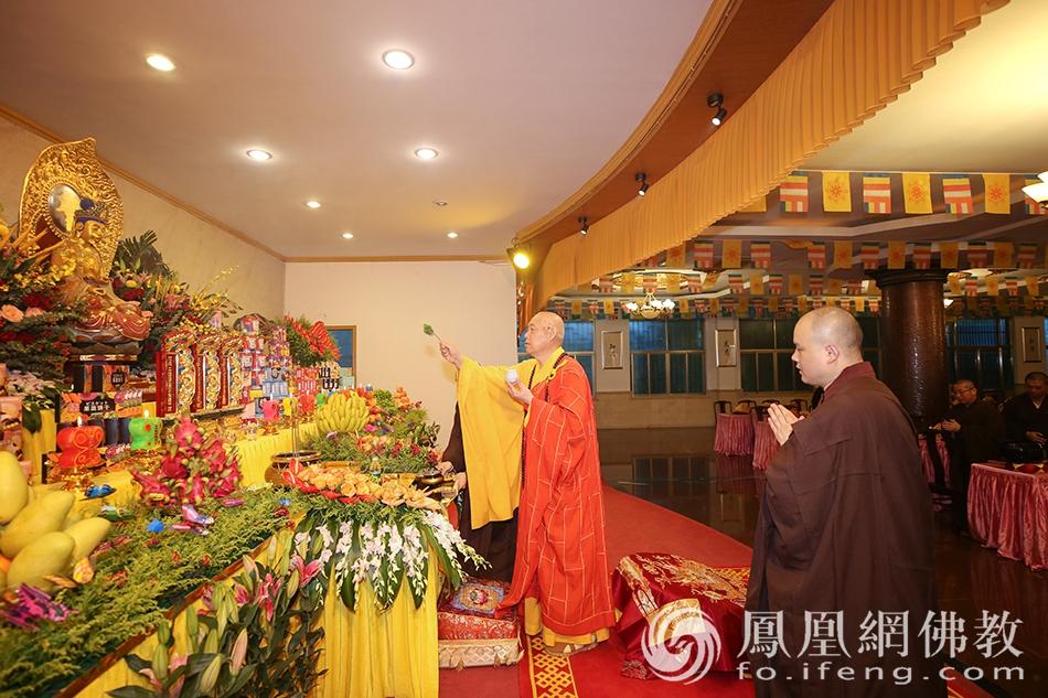 7月16日,道慈大和尚主持熏坛仪式。(图片来源:凤凰网佛教 摄影:普陀山佛教协会)