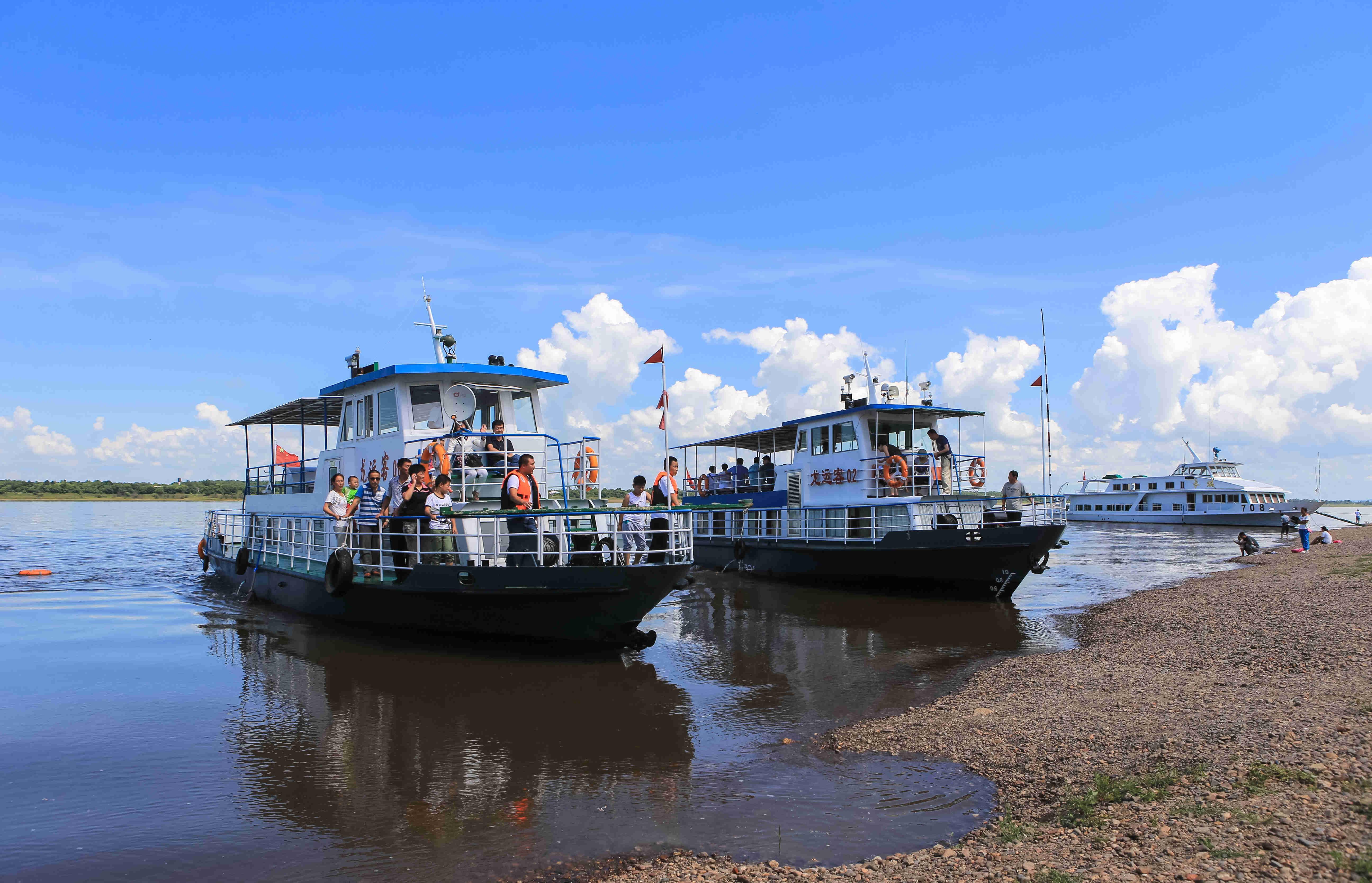 游客乘船游览风光