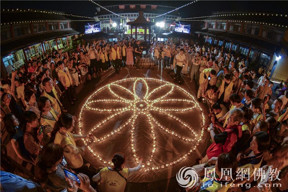 数盏心灯组成盛开莲花,照亮学子锦绣前程。(图片来源:凤凰网佛教 摄影:季利)