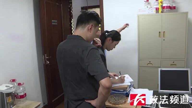 ▲执行现场,执法人员将房屋内物品逐一登记造册