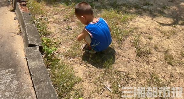 (16日,长沙市岳麓区,太阳下小朋友在玩耍,穿着小背心没有防晒措施。李琪配图)