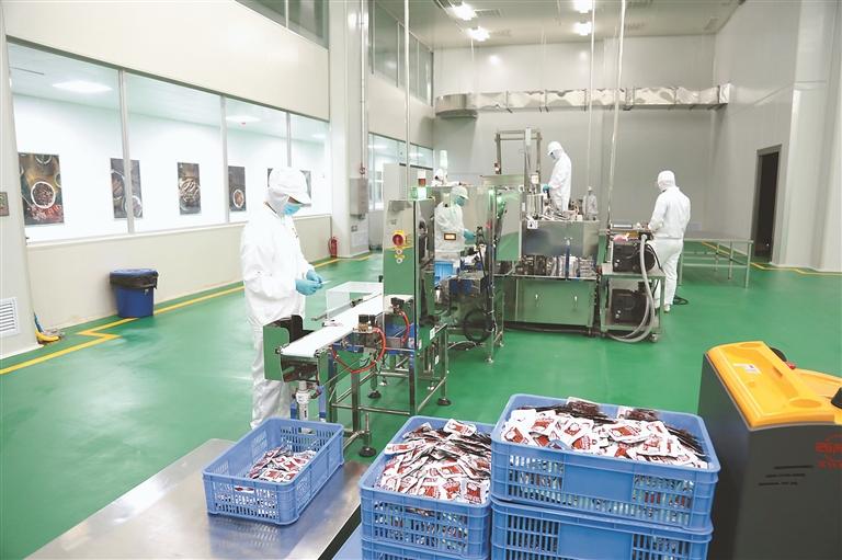 棒星食品公司大豆拉丝蛋白休闲食品生产车间。