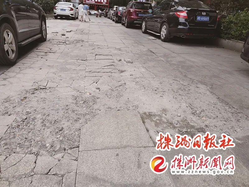 ▲ 石子湖公园仁爱医院旁停车场地砖破烂不堪。记者/姚时美 摄