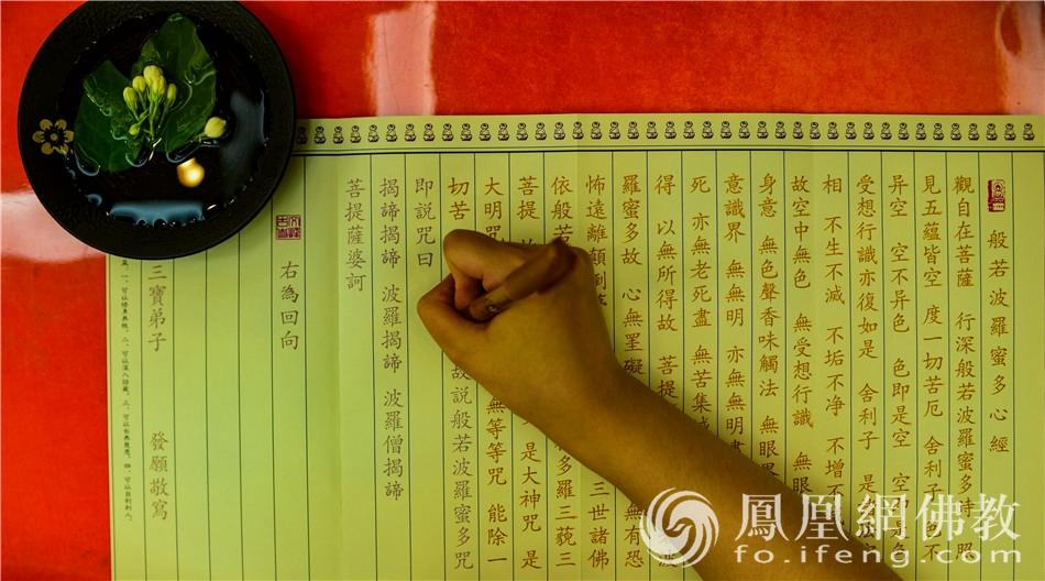 考生家长满心欢喜地在抄写心经(图片来源:凤凰网佛教 摄影:季利)