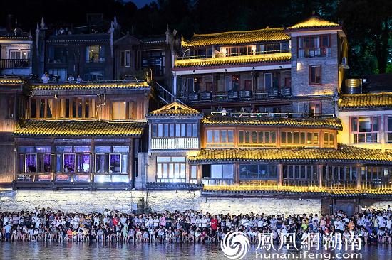 (首个江面沉浸式艺术光影作品亮相吸引众多游客围观。)