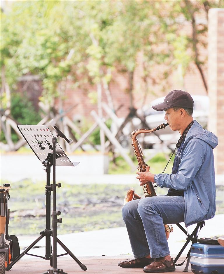 居民在光影时代公园里吹奏乐器