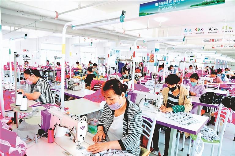 汇泉服装产业园泳装生产线。