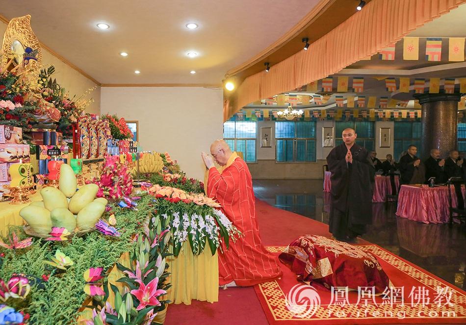 道慈大和尚拈香主法(图片来源:凤凰网佛教 摄影:普陀山佛教协会)