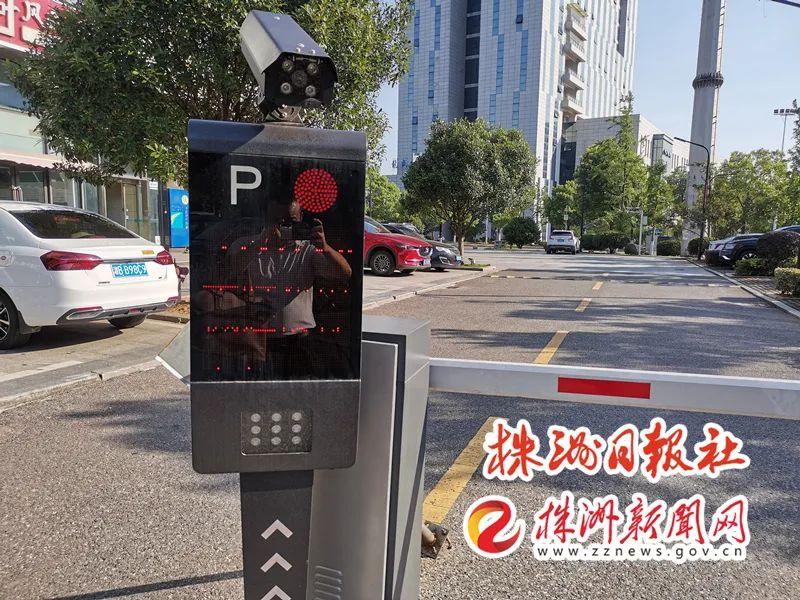 ▲ 腾龙大酒店停车场无人收费系统。记者/姚时美 摄