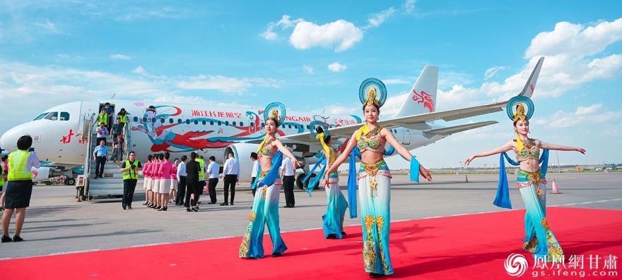 飞机外观绘制了代表甘肃独特韵味彩绘,将甘肃文旅品牌传播到世界各地。杨艺锴 摄