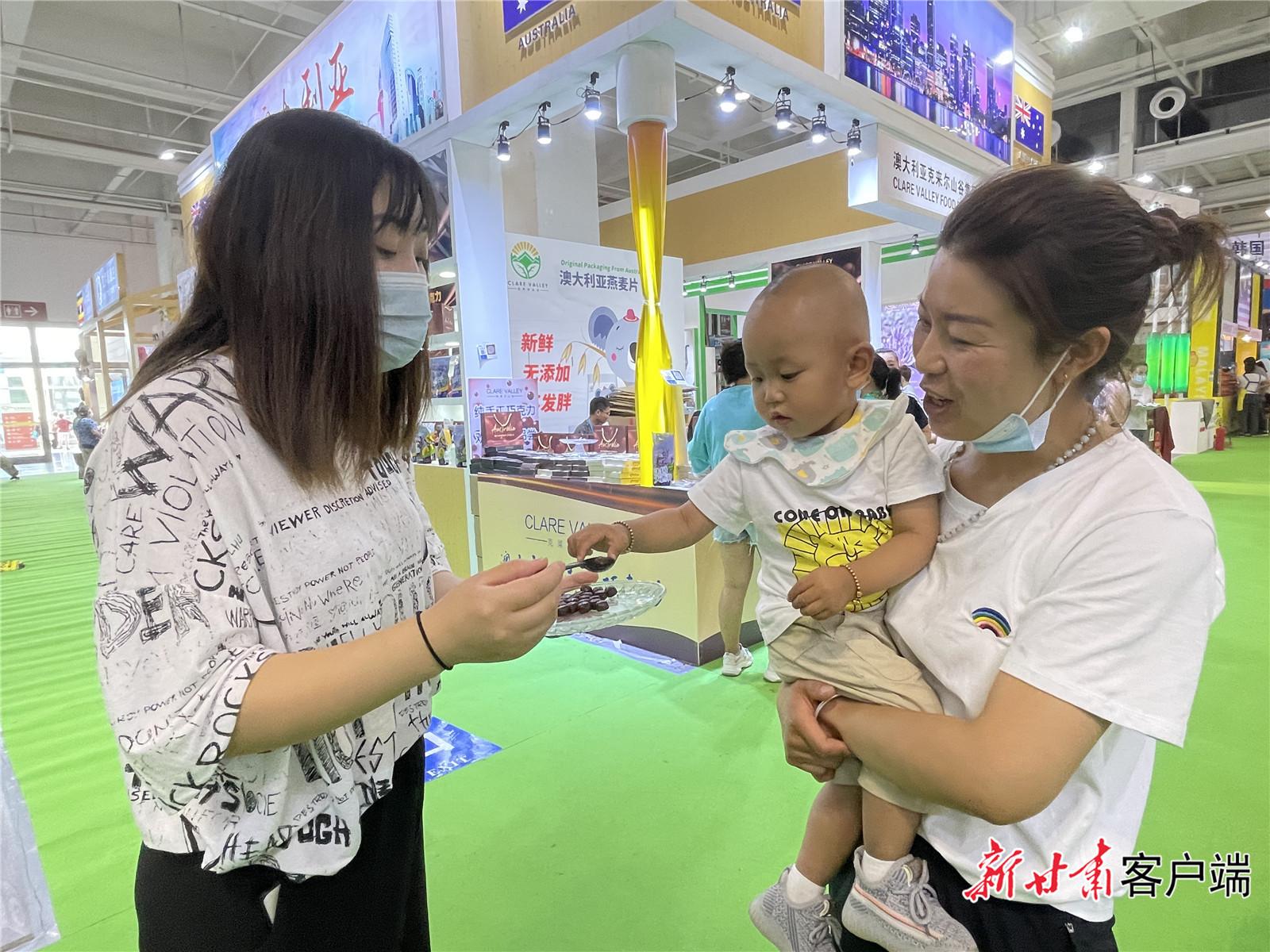 市民在展馆内参观并挑选自己喜欢的物件