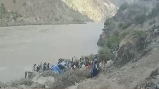 凤凰直击:巴基斯坦班车爆炸现场路况恶劣 一侧为数十米深河谷