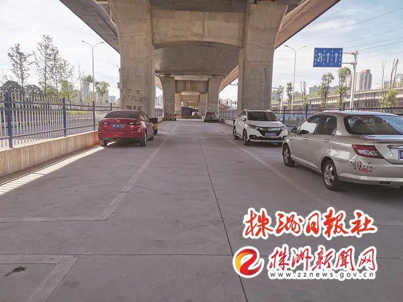 ▲ 铁东路核心段桥下公共停车场。记者/姚时美 摄
