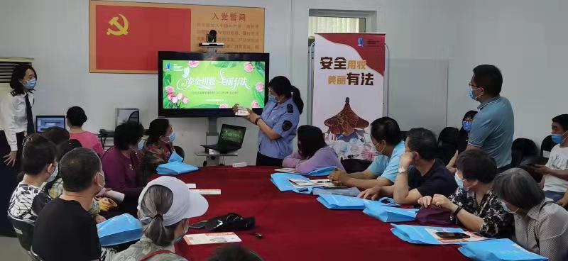 东城区市场局与区消协联合开展进社区化妆品安全科普宣传活动,现场讲解如何正确选购化妆品。来源:北京市药监局供图。