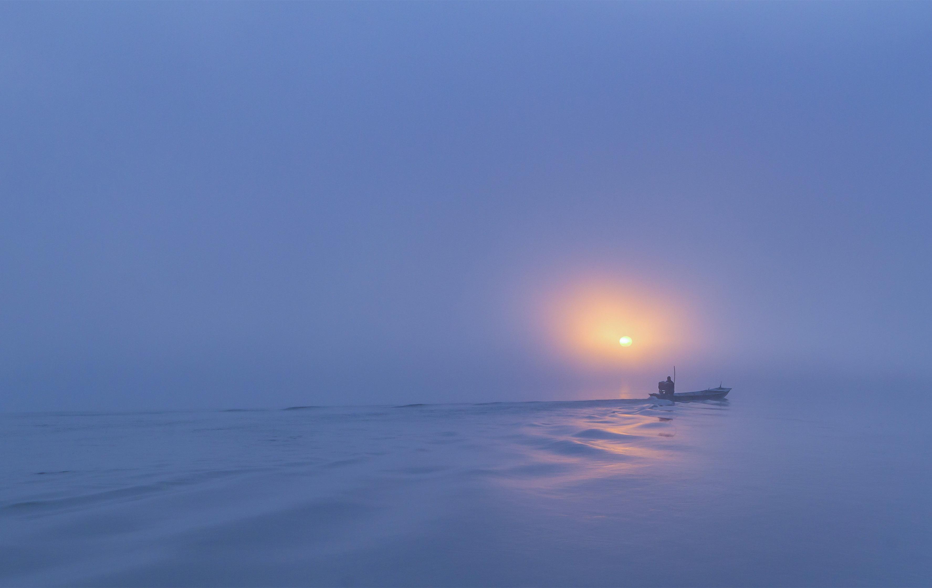 清晨渔民在捕鱼