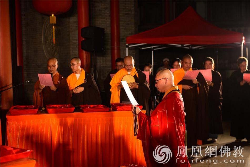 能度法师带领大众诵读《学子祈愿文》(图片来源:凤凰网佛教 摄影:季利)