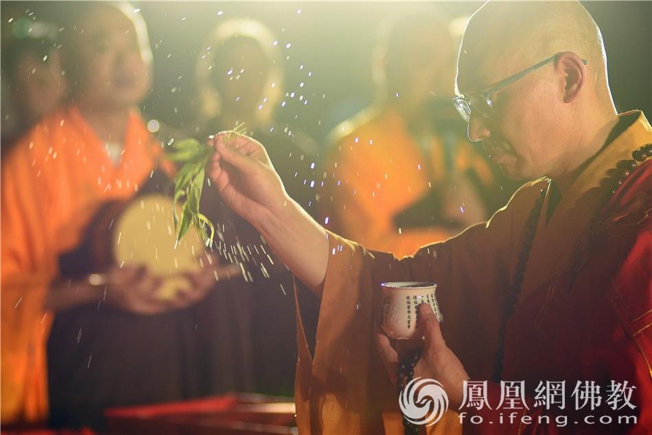 感恩回向法会庄严肃穆,收摄人心。(图片来源:凤凰网佛教 摄影:季利)