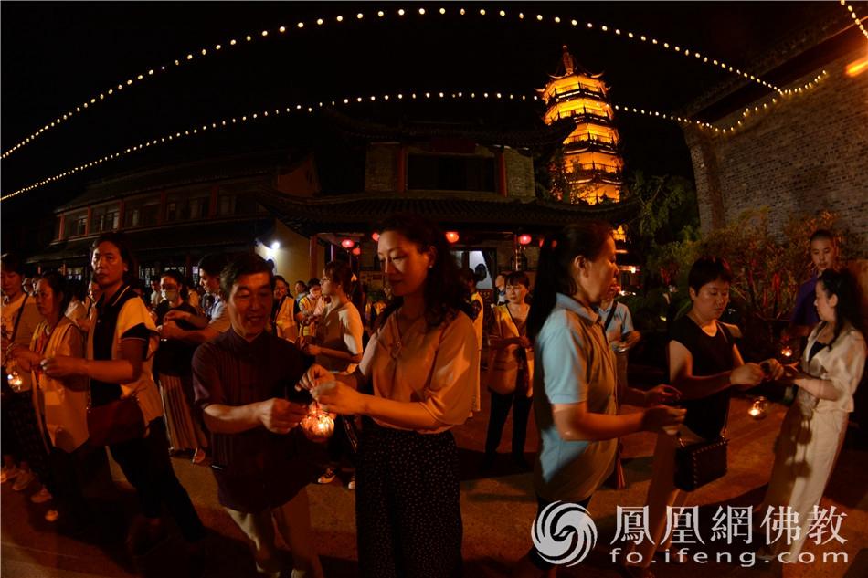 灯灯相继,大众传灯。(图片来源:凤凰网佛教 摄影:季利)