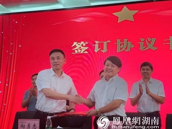 暨南大学医学部党工委书记、医学部主任罗良平(右)与常德一医党委书记向勇志(左)签订协议书