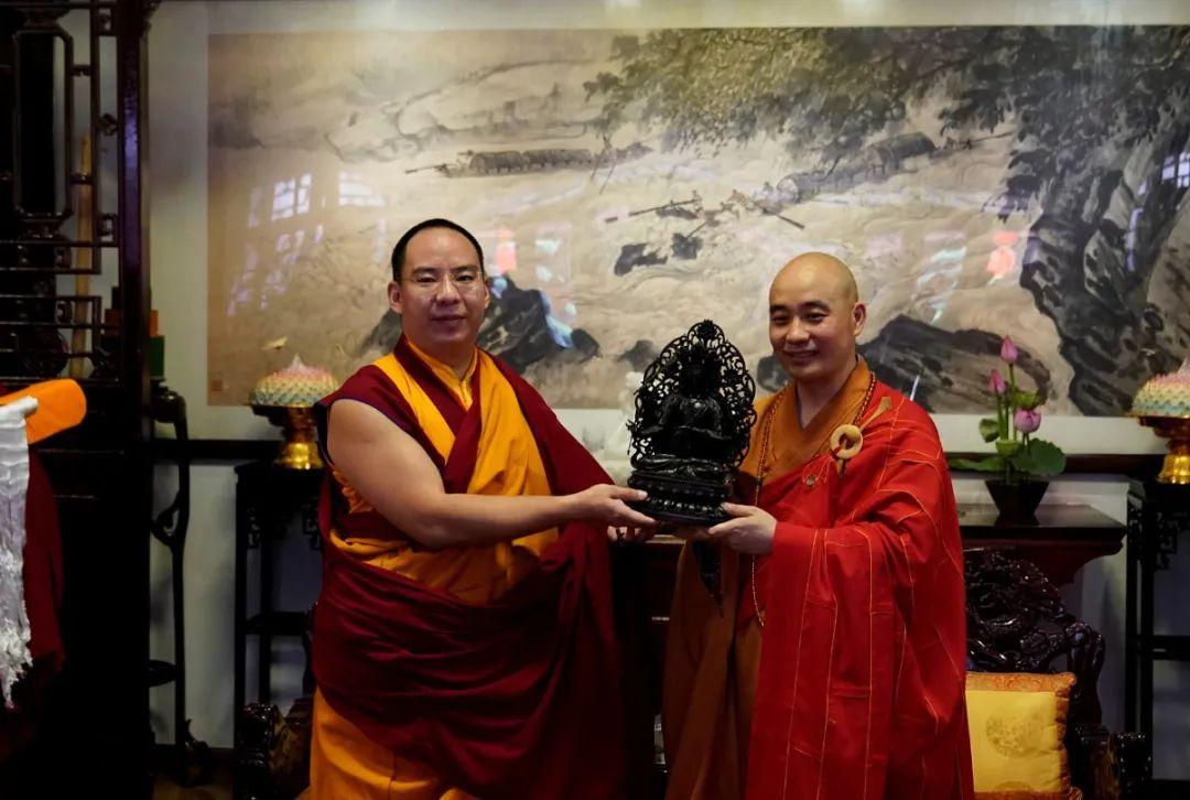 宗性大和尚向班禅大师赠送文殊菩萨圣像