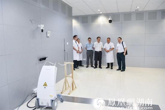 专家们参观常德一医肿瘤科后装放疗机房
