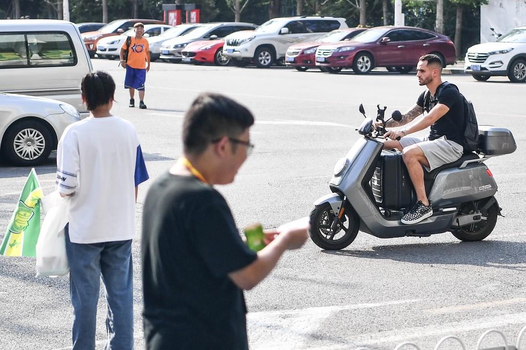 骑车抵达工体的奥古斯托,就像是北京本地人一样的自然