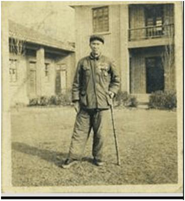 ▲1958年9月马松生伤口复发,住院取出一枚弹片治愈后,他将勋章挂满胸前,在茶陵县人民委员会院内留影