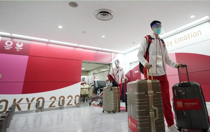 东京奥运会开幕式中国体育代表团旗手、中国跆拳道队成员赵帅(前)抵达东京成田机场。新华社记者李一博摄