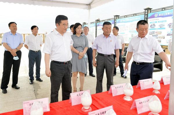 在黑龙江联顺生物科技有限公司,听取企业规划和建设等情况介绍。