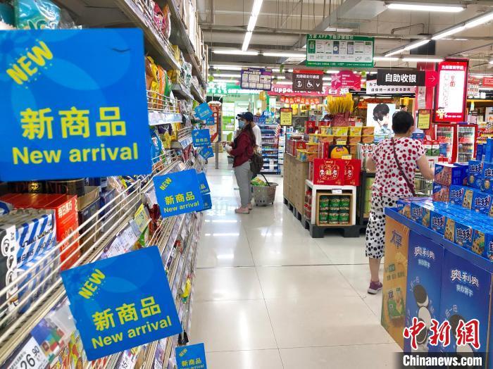 江西南昌一超市内,市民正在购物。(资料图) 刘力鑫 摄