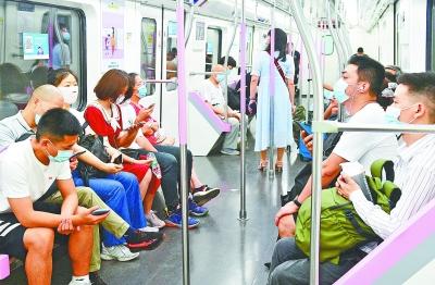 7月21日,地铁2号线列车上,乘客都自觉佩戴口罩。