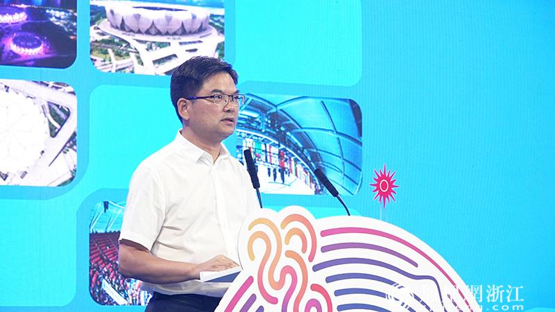 杭州高新区(滨江)党委副书记、管委会主任、区长李志龙发言 尚天宇 摄