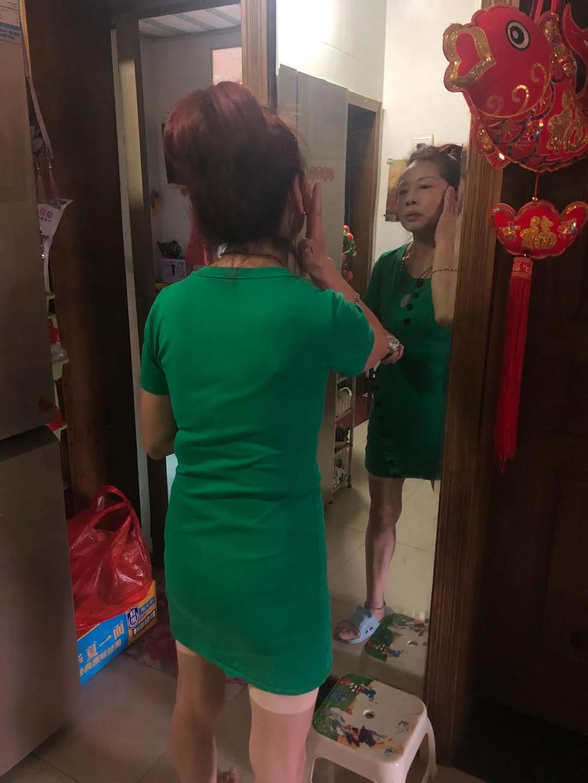 7月13日,赵月兰对镜梳妆。新京报记者 冯雨昕 摄
