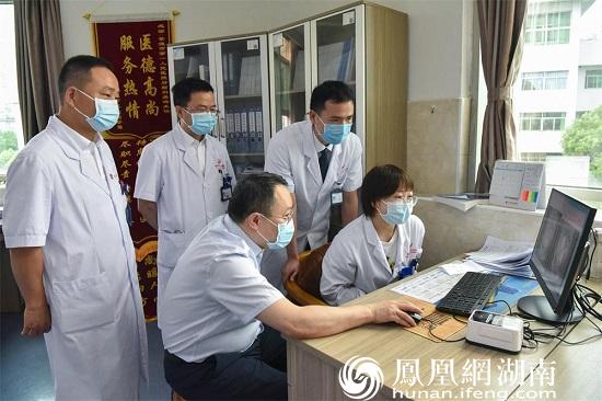北京协和医院放疗科副主任胡克在常德一医肿瘤科一病区查看病例