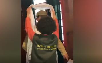 烈士72岁女儿进藏 给父亲的蜡像敬献哈达