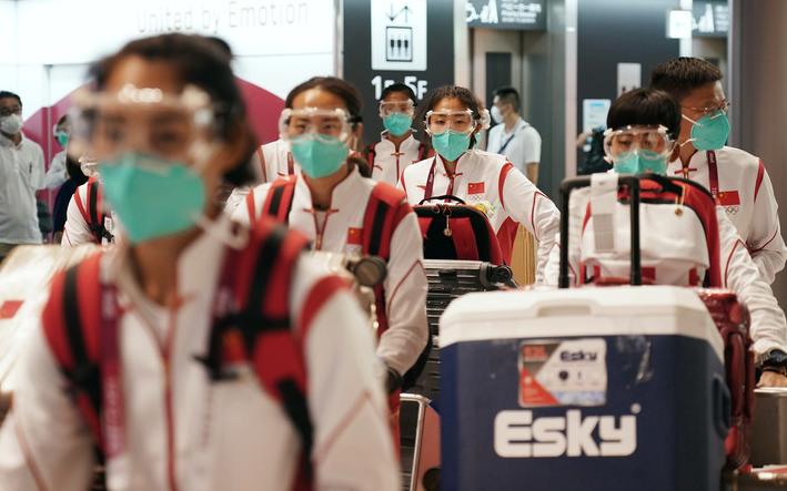 中国体育代表团成员抵达东京成田机场。新华社记者李一博摄