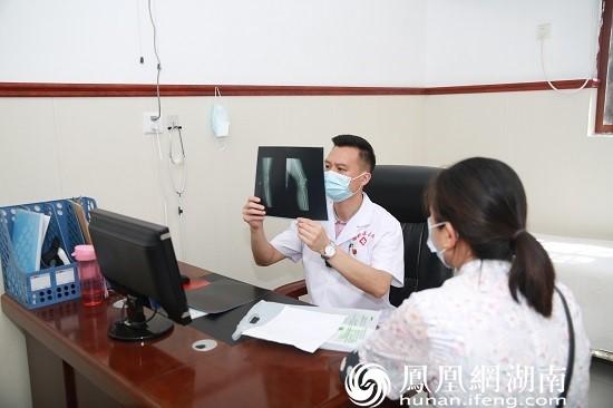 白鹤镇卫生院院长刘晓宏查看患者病情