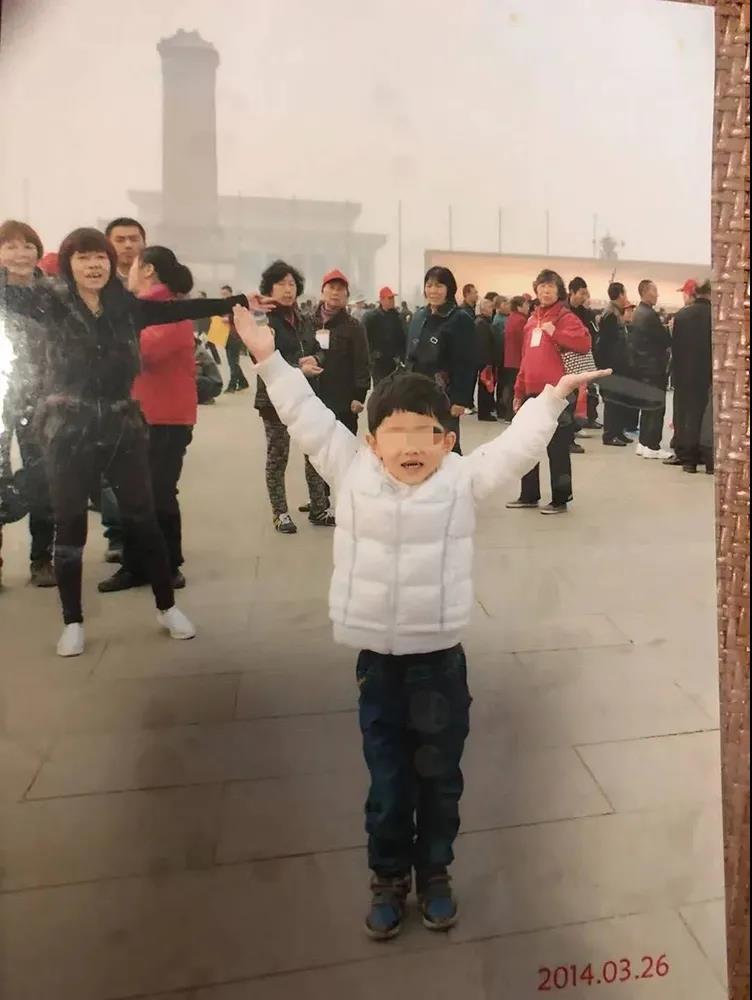 2014年,赵月兰(左一)带优优到北京旅游。 受访者供图