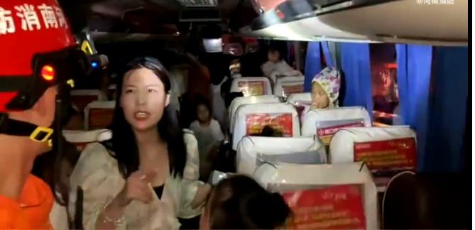 郑州三十多名儿童被困大巴车 个别出现发烧症状急需救援