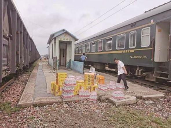 工作人员将食物和水运上列车