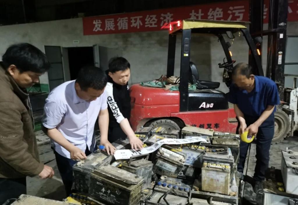 仙桃市生态环境局对非法收集贮存废旧铅酸电池商户实施查封扣押。图片来自仙桃市生态环境局