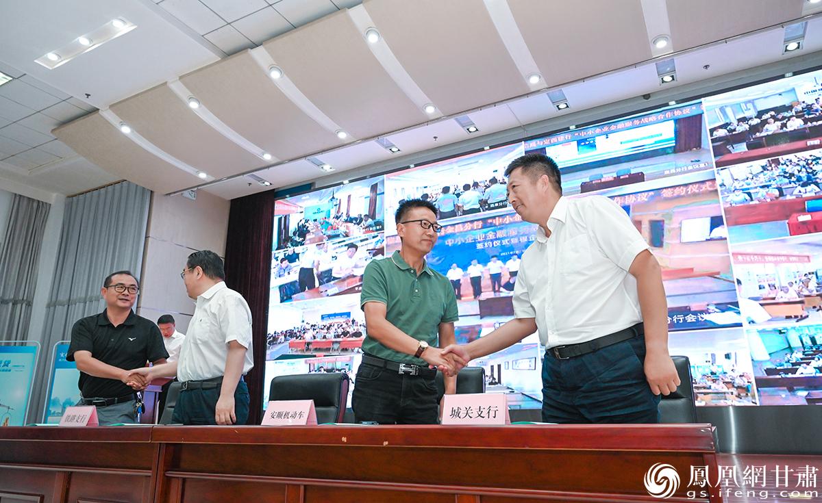 活动现场,建行甘肃省分行辖内二级行与中小企业签订金融服务合作协议。杨艺锴 摄
