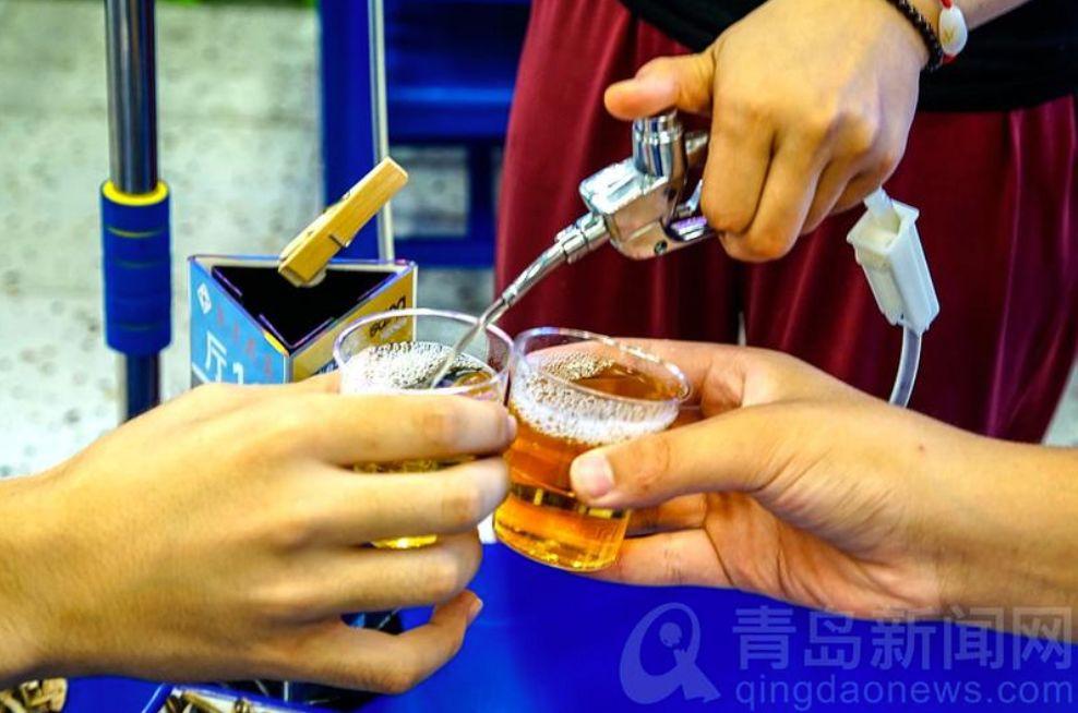 △ 最新喝法:吊瓶。图by @青岛新闻网