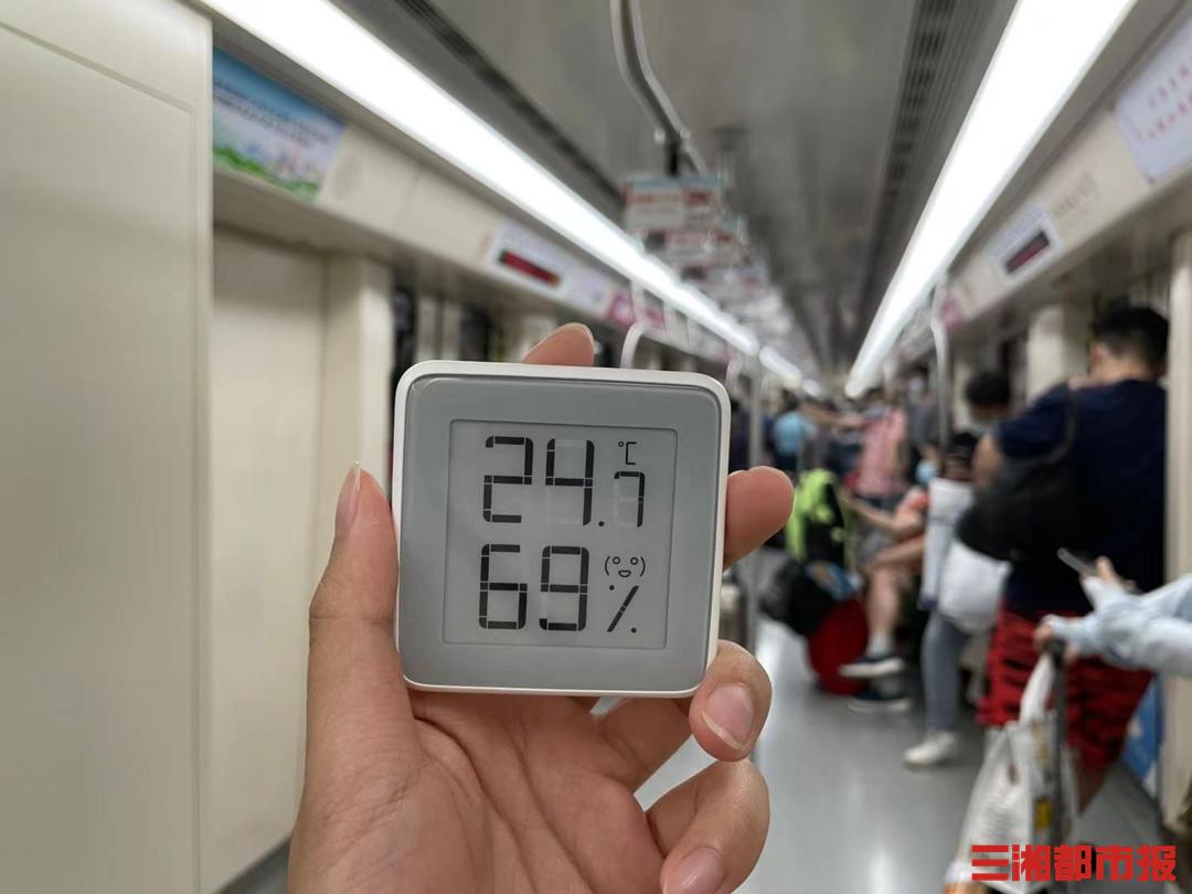 (7月20日长沙地铁2号线强冷车厢内温度。记者 周可 实习生 马祎璠 陈诺 摄)
