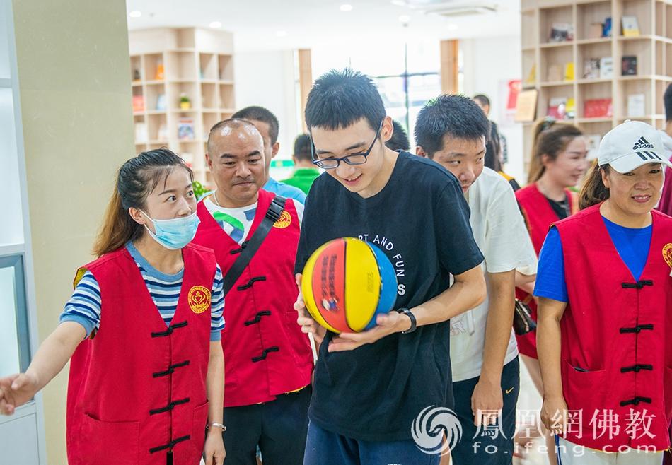 志愿者与残障人士共同完成活动项目(图片来源:凤凰网佛教 摄影:张群)