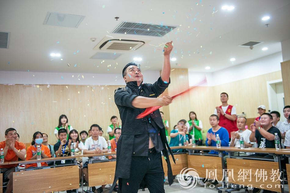 爱心志愿者为残障人士表演魔术(图片来源:凤凰网佛教 摄影:张群)
