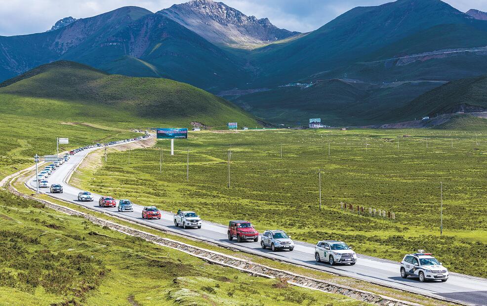 踏着盛夏的欢歌,第8届环青海湖(国际)电动汽车挑战赛如约而至。摄影:魏雅琪